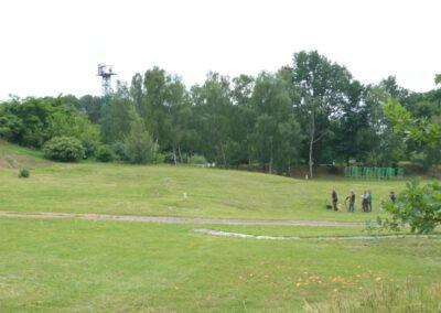 grüne Wiese mit Gruppe von Schützen